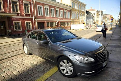 Pääministeri Juha Sipilää (kesk) kuljetetaan S-sarjan Mercedes-Benzillä, joka on kuljetuspäällikkö Tomi Ahlholmin mukaan hieman arvokkaampi kuin nyt hankitut BMW:t.