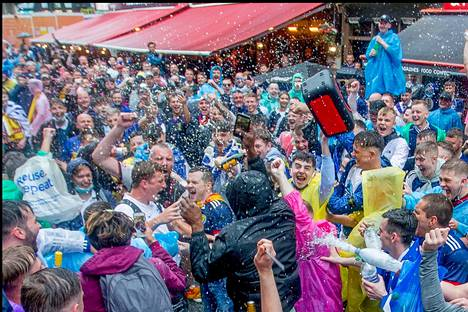 Skotlannin fanit riemuitsivat sateisessa Lontoossa ennen ottelua.