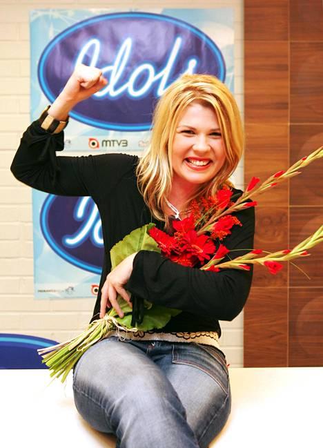 Katri Ylander hymyili onnellisena päästyään Idols-finaaliin vuonna 2005.