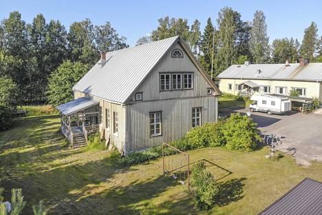 Metsäkylän vanha hirsikoulu on ollut vuokralla, mutta tällä hetkellä se on tyhjillään. Kaupan ovat kaikki kolme rakennusta, pihasauna sekä iso tontti.