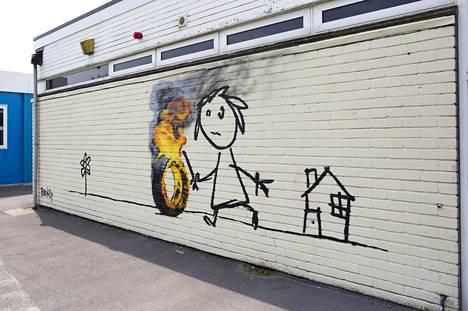 Banksyn taidetta Bristolilaisen ala-asteen seinässä.