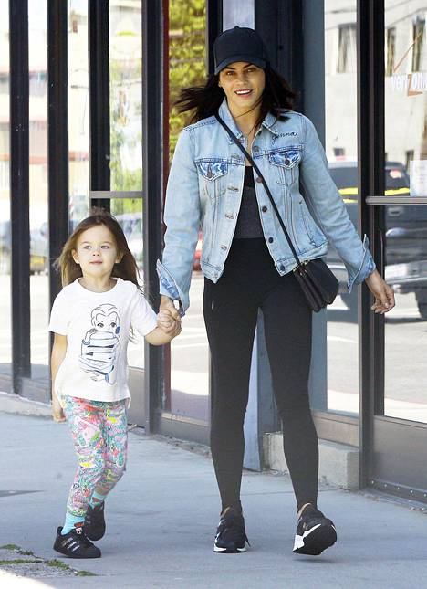 Näyttelijä ja tanssija Jenna Dewan Tatum, 36, hallitsee hyvän leggingstyylin kaavan: Mustavalkoiset lenkkarit, farkkurotsi, lippis ja crossbody-laukku.