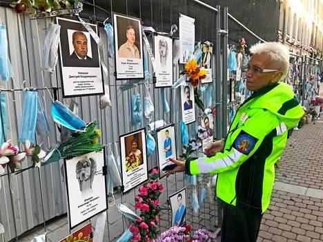 Irina Maslova keksi idean koronaan kuolleiden lääkäreiden ja hoitajien muistoaidasta. Hän tuo uusia kuvia aina, kun menehtyneiden tiedot saadaan varmistettua.