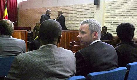 Toinen syytetyistä tomittajista, Martin Schibbye, keskusteli asianajajansa kanssa oikeudessa alkuviikosta.
