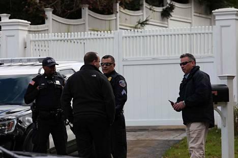 Poliiseja Hillary ja Bill Clintonin talon ulkopuolella.