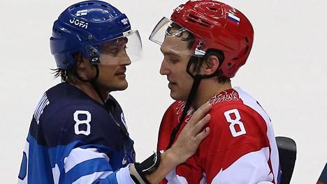 Teemu Selänteellä ja Aleksandr Ovetshkinilla on kova keskinäinen kunnioitus. Kuvassa kasit kättelevät olympiapuolivälierän 2014 jälkeen. Suomi löi Venäjän ja pudotti isäntäjoukkueen.