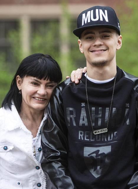 Vielä vuonna 2013 Mikaelin tyylissä näkyivät paljon nykyistä enemmän perinteiset rap-vaikutteet. Mikaelin vieressä hymyilee artistin äiti.