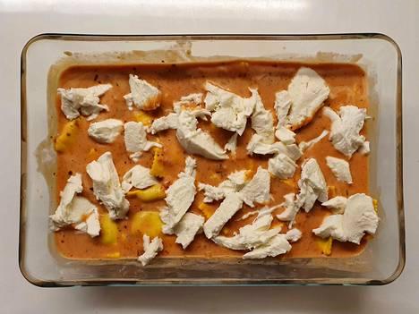 Tomaattikastike, kerma ja raviolit sekoitetaan yhteen. Päälle revitään mozzarellaa ja koko komeus paistetaan uunissa.