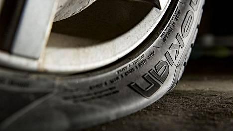Mitä voi tehdä, jos rengas puhkeaa kesken ajon?