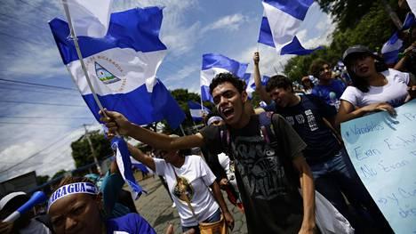 Mielenosoittajia pääkaupunki Managuassa keskiviikkona.