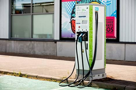 Osa huoltoasemista tarjoaa sähköisiä latauspisteitä toisia enemmän.