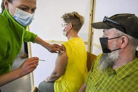 Rokotusta rokotuspisteessä Vantaalla 5. toukokuuta.