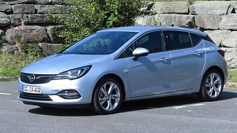 Opel Astran uudistusta on vaikea havaita, vaikka edessä niin etusäleikkö, valot ja puskuri ovat muuttuneet.