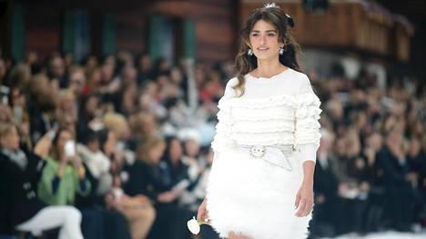 Näyttelijä Penelope Cruz käveli Chanelin näytöksessä Karl Lagerfeldin kunniaksi.