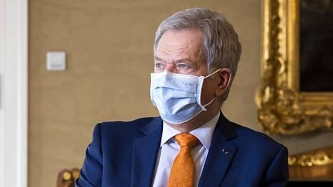Kuvituskuva presidentti Sauli Niinistöstä Presidentinlinnan keltaisessa salissa.