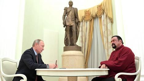 Presidentti Vladimir Putinin antoi Steven Seagalille vuonna 2016 Venäjän kansalaisuuden.