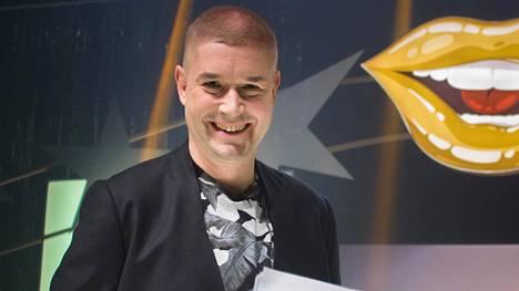 Marco Bjurström palaa kevyen viihdeohjelman juontajaksi sarjassa Heiluta huuliasi, jossa kilpailijat teeskentelevät laulavansa nauhalta tulevien hittikappaleiden tahtiin.