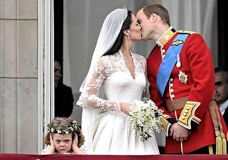 Britainnian prinssi William ja herttuatar Catherine suutelivat Buckinghamin palatsin parvekkeella häidensä jälkeen 29. huhtikuuta.