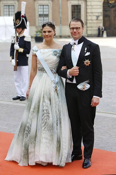 Kruuninprinsessa Victoria juhli puolisonsa, prinssi Danielin kanssa lauantaina veljensä Carl Philipin häissä. Hän lähti pian häiden jälkeen valtiovierailulle.