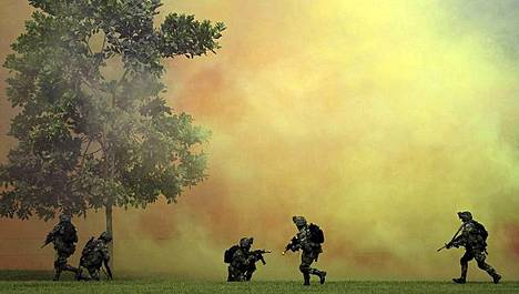 Kolumbian armeijan erikoisjoukot harjoittelevat sotilastukikohdassa Melgarissa. Harjoitukset osuivat samaan ajankohtaan Yhdysvaltojen puolustusministeri Leon Pannettan ja Kolumbian puolustusministeri Juan Carlos Pinzonin vierailun kanssa. Panetta kiertää nyt ensimmäistä kertaa Latinalaisen Amerikan maita tarkoituksena vahvistaa niiden ja Yhdysvaltojen sotilaallista yhteistyötä ja aluellista turvallisuutta.