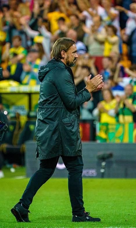 Norwichin päävalmentaja Daniel Farke oli onnellinen mies ottelun jälkeen. Hän kiirehti kentälle kiittämään pelaajiaan ja kannattajia.