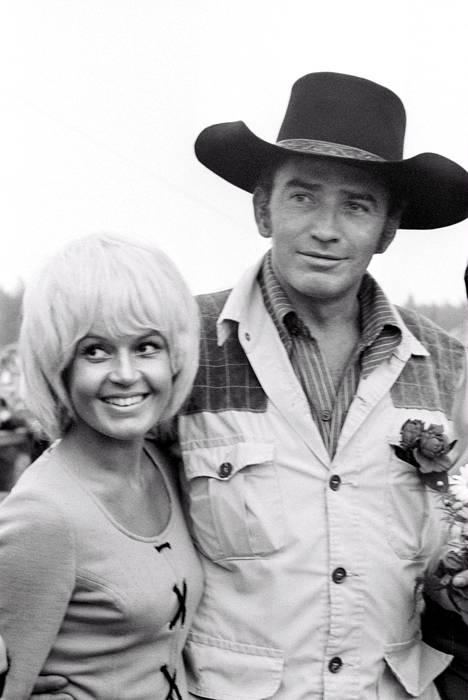 Lännensarjan Virginialainen nimiosan näyttelijä, yhdysvaltalainen James Drury vieraili Keimolan juhannuksessa 25. kesäkuuta 1971. Lottotyttö Hilkka Kotamäki on päässyt Virginialaisen kainaloon.