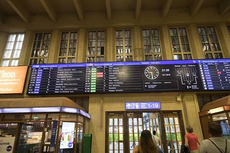 Joensuun juna oli niin paljon myöhässä, ettei sitä edes näkynyt Helsingin päärautatieaseman aikatauluissa.
