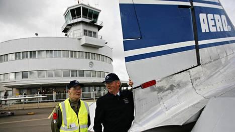 Malmin lentokenttä täytti 70 vuotta vuonna 2008. Kuvassa apumekaanikko Eino Eloranta (vas) ja lentomekaanikko Pauli Fallström.