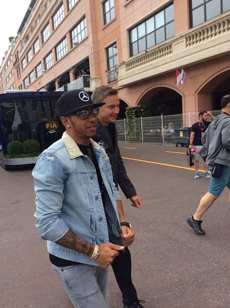 Lewis Hamilton ja fysio Ville Vihola saapuivat aamulla varikolle.