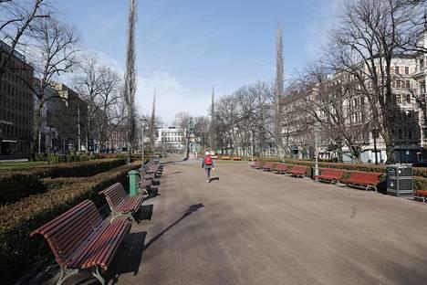 Esplanadin puistossa oli liikkeellä vain yksittäisiä kävelijöitä.