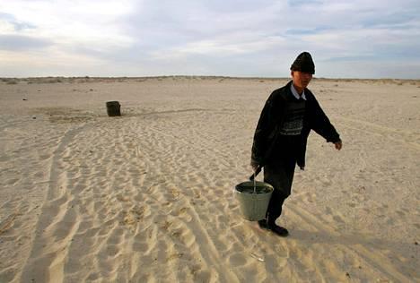 Järven tuntumaan jääneet kyläläiset kärsivät kuivuudesta ja entisen järvenpohjan myrkyllisestä pölystä.