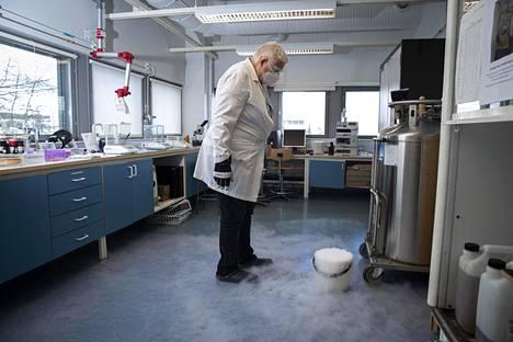 Nestemäinen typpi höyryää yliopiston kemian laitoksella. Laboratorioinsinööri nauttii siitä, että etätöistä pikkuhiljaa luovutaan.