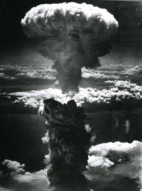 Amerikkalaiset pudottivat Hiroshimaan atomipommin 6. elokuuta 1945. On arvioitu, että saman vuoden loppuun mennessä kaupungissa kuoli noin 140 000 ihmistä.
