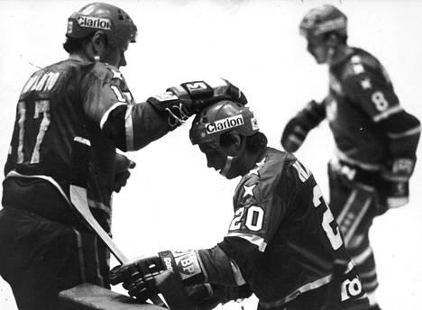 Matti Hagman (kesk.) voitti SM-liigan pistepörssin ja maalikuninkuuden kaudella 1979–1980. Hän teki runkosarjan 35 ottelussa ennätykselliset 37+50=87 tehopistettä.