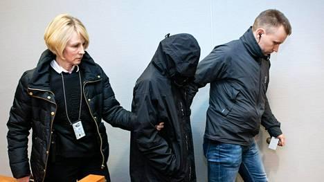 Toista epäillyistä tuodaan oikeussaliin vangitsemisoikeudenkäyntiin Pirkanmaan käräjäoikeudessa joulukuussa 2015.