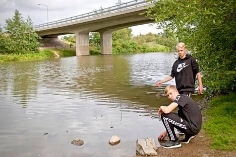 Sampo Pastila, 13 ja Ville Lansola, 12 löysivät mato-ongella Vantaanjoella ollessaan koruja ja kolikoita täynnä olevan repun.