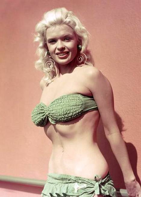 Jayne Mansfield muistetaan ensimmäisenä yhdysvaltalaisnäyttelijänä, joka teki alastonkohtauksen Hollywood-elokuvassa.