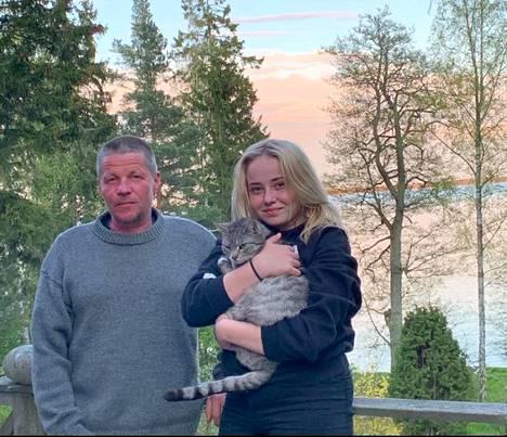 Jan ja Keeri bongasivat torstaina delfiinejä lähellä kotirantaa. Sylissä perheen kissa Smulan.