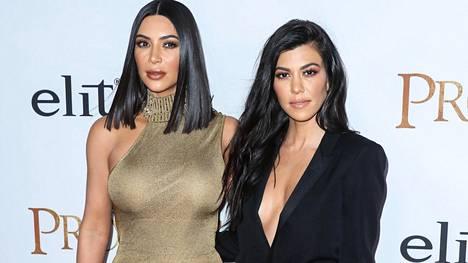Kim ja Kourtney Kardashian ovat olleet otsikoissa kuvanmuokkausepäilyjen takia useaan otteeseen.