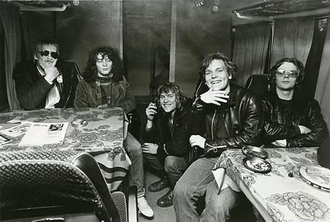 Eppu Normaalin alkuperäinen kokoonpano keikkabussissa 1979.