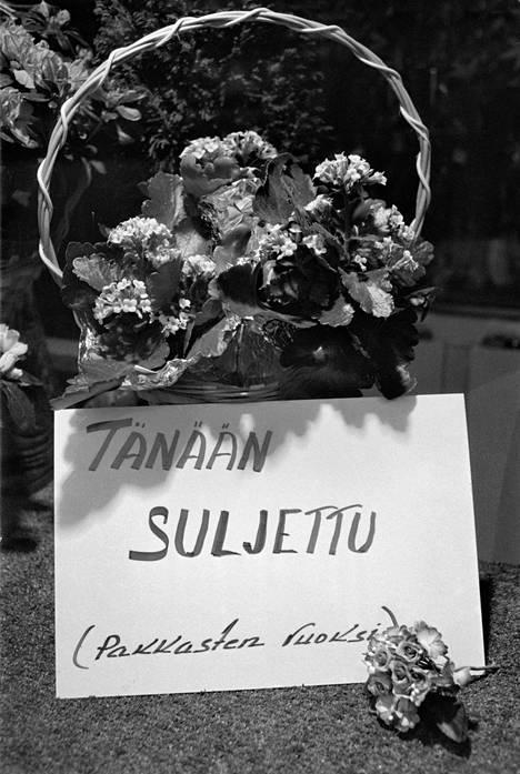 Kukkakauppa on suljettu kovan pakkasen vuoksi Helsingissä tammikuussa 1987.