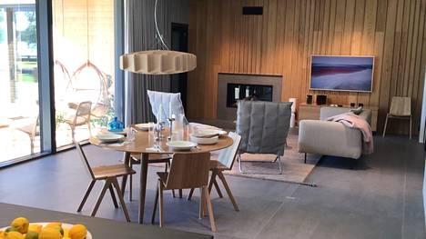 Huvila & Huussi Asuntomessuilla -jaksossa tutustutaan kahdelle aikuiselle suunniteltuihin koteihin. Joutsela tekee Mikko Vesaseen ja Metti Forsselliin vaikutuksen.