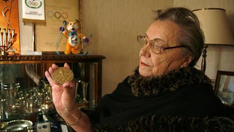 Lydia Wideman-Lehtonen esitteli olympiakultamitaliaan vuonna 2010.