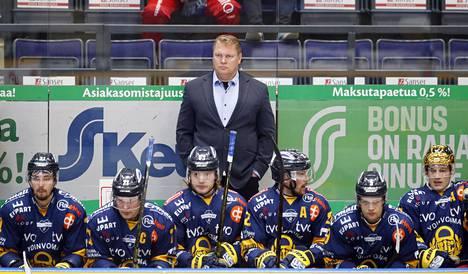 Eetu Koivistoinen (ensimmäinen vasemmalta) pelaa neljättä kauttaan Pekka Virran valmennuksessa. Kuva on syksyltä 2019.