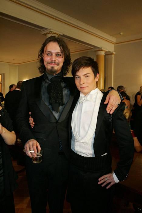 Vuonna 2006 Valo osallistui Linnan juhliin. Hän poseerasi juhlahumussa yhdessä Antti Tuiskun kanssa.