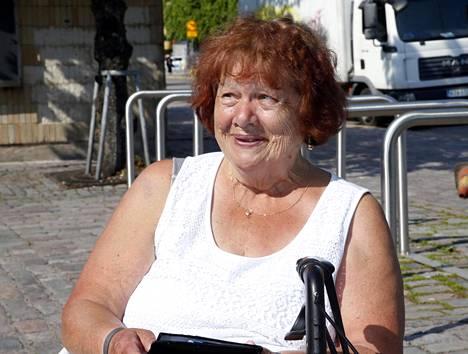 Voi voi, kesärakkauksia on ollut monta, Marja Savolainen nauraa.
