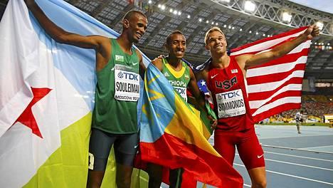 800 metrin mitalikolmikko: Ayanleh Souleiman (hopeaa), Mohammed Aman (kultaa) ja Nick Symmonds (pronssia).