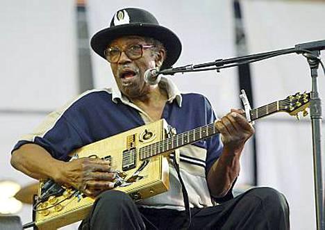 Bo Diddley tuli tunnetuksi omalaatuisesta neliön muotoisesta kitarasta.