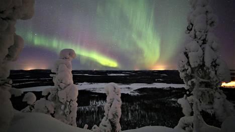 Revontulet houkuttelevat ulkomaalaisia turisteja Lappiin jouluksi.
