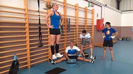 Suvi Mikkonen testaa harjoitusleirillä päivittäin ponnistusvoimansa. Sen perusteella valmentaja Jesus Ramal säätelee hänen harjoitusrasitustaan.